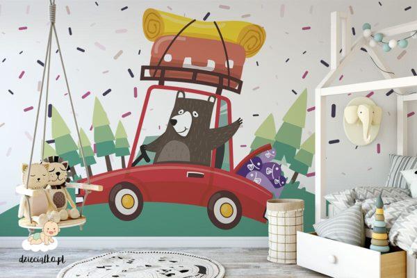 niedźwiadek w czerwonym samochodzie jedzie na kamping - fototapeta dla dzieci
