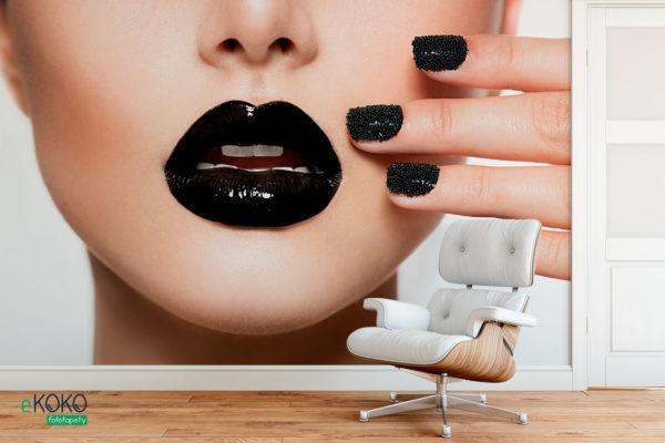 kobieta z makijażem i manicure w czarnej kolorystyce - fototapeta do salonu kosmetycznego