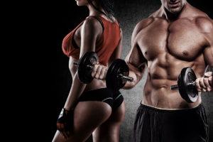 atletyczna para na ciemnym tle - fototapeta do siłowni, klubu fitness