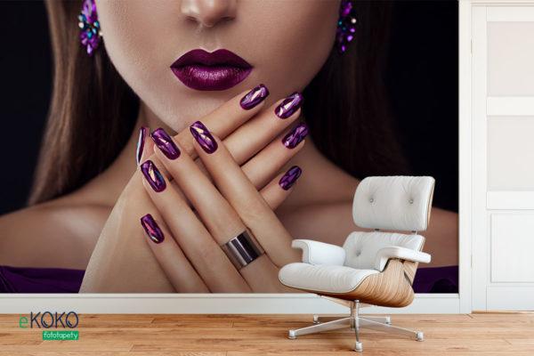 doskonały makijaż i manicure w odcieniach purpury - fototapeta do salonu fryzjerskiego, kosmetycznego