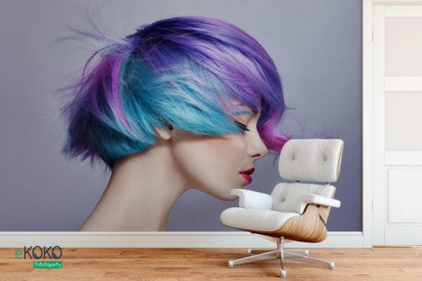 kobieta o krótkich rozwianych jaskrawych włosach - fototapeta do salonu fryzjerskiego, kosmetycznego