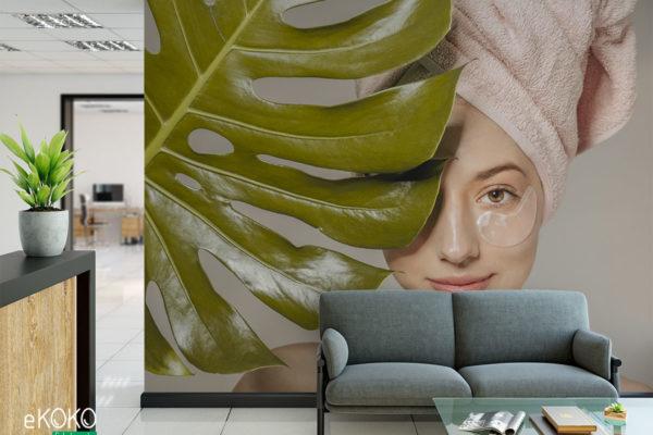 kobieta z ręcznikiem na głowie obok liścia - fototapeta do salonu kosmetycznego