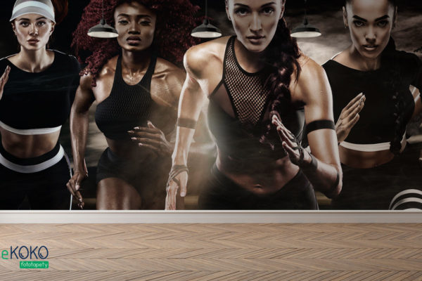 piątka wysportowanych kobiet wykonuje sprint na tle ciemnego nieba - fototapeta do klubu fitness
