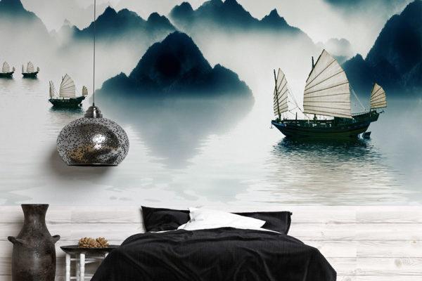 chińskie łodzie żaglowe na wodzie wśród gór mglistym porankiem - fototapeta