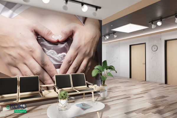 dłonie ze zdjęciem usg złożone w kształt serca na brzuchu ciężarnej - fototapeta do gabinetu medycznego