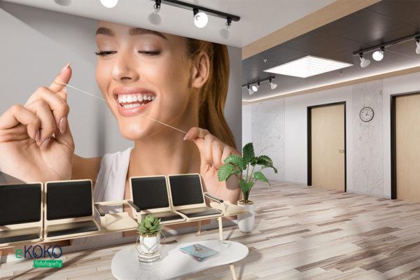 kobieta o pięknym uzębieniu trzyma nić dentystyczną - fototapeta do gabinetu stomatologicznego