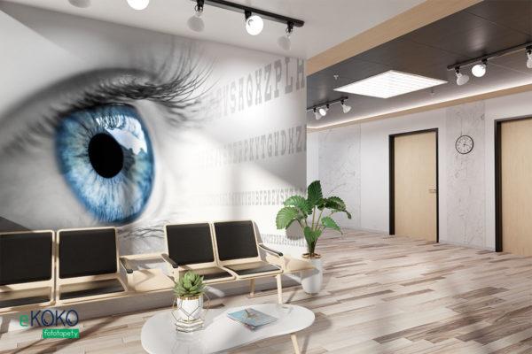 niebieskie oko wpatrzone w tablicę literową na białym tle - fototapeta do gabinetu okulistycznego