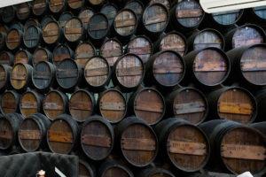 stos beczek wina w piwnicy – fototapeta do pubu, restauracji