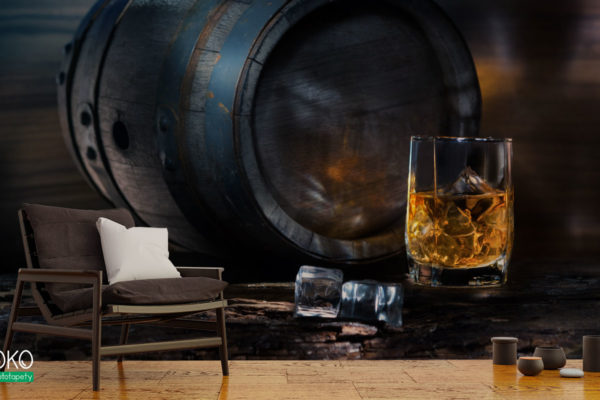 szklanka whisky i kostki lodu na tle drewnianej beczki - fototapeta do pubu, restauracji