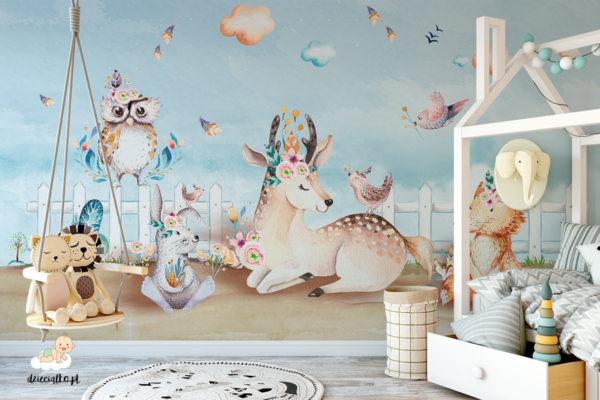 radosne zwierzęta przy białym ogrodzeniu na tle pogodnego nieba - fototapeta dla dzieci