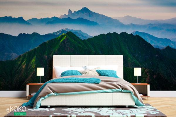 krajobraz błękitne szczyty nad zielonymi górami - fototapeta