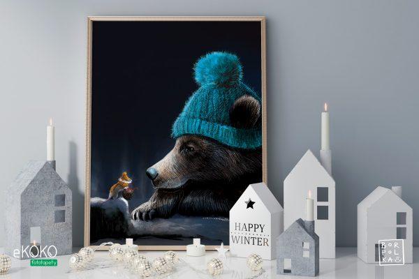 miś i mysz w zimowych czapkach na tle nocnego nieba – artystyczny plakat